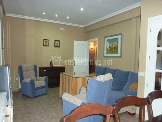 El Baño Azul Pozuelo:sofás azules salón comedor con televisor salón desde el comedor
