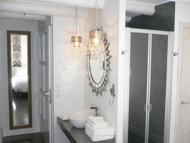 Rural y chic casa marr n en borres huesca - Ver cuartos de bano con plato de ducha ...