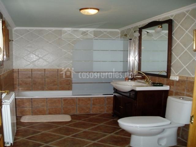 Baños Con Torre Ducha:dormitorio doble con muebles de madera oscura dormitorio doble con