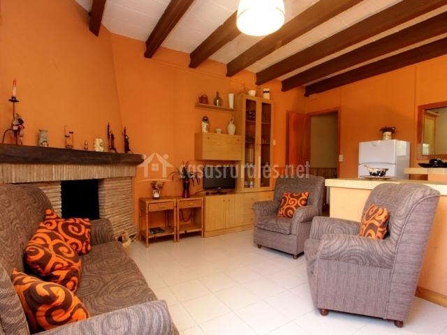 Casa orenetes en castello d 39 empuries girona for Sala de estar madera