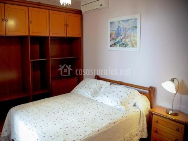 Dormitorio con mueble grande y cama doble