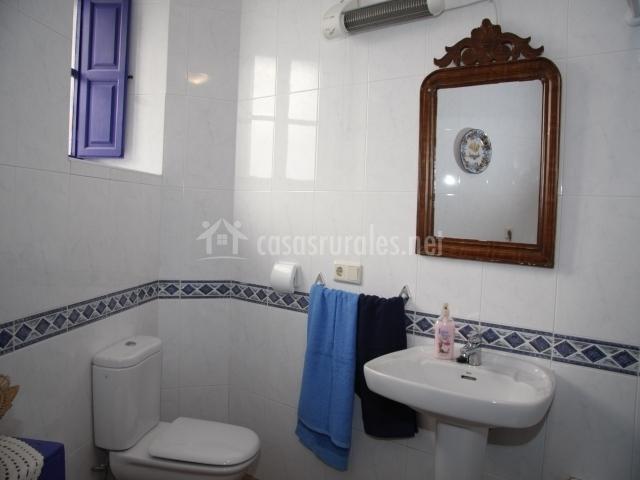 El Baño Azul Pozuelo:aseo con azulejos marrones aseo con mueble azul y lavadora