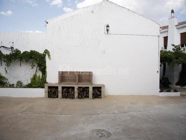 El Baño Azul Pozuelo:Barbacoas en el patio exterior del alojamiento