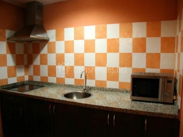 La casona de la roza b en villaviciosa asturias - Cocina blanca y naranja ...