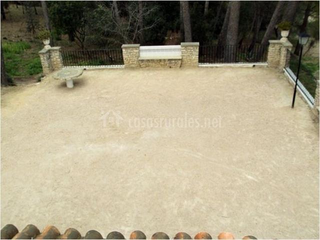Muebles De Baño Xativa:Patio exterior con mesa y banco de piedra