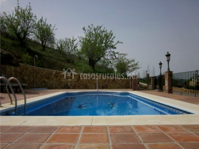 Mansi n piedras blancas en colmenar m laga for Bordillo piscina