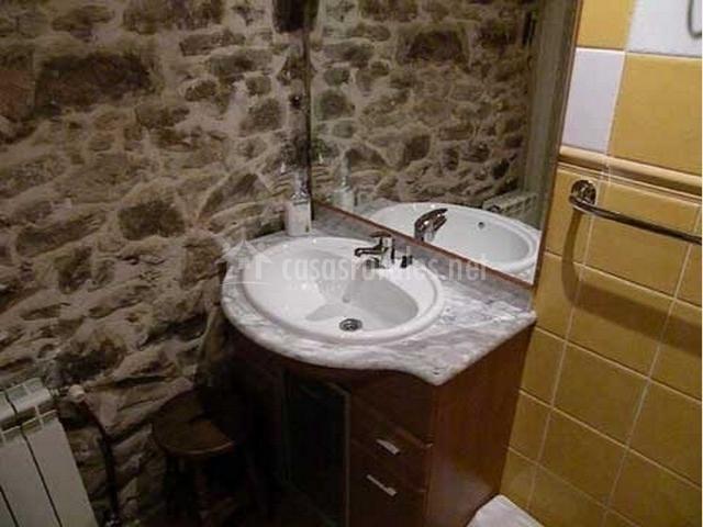 Mueble Baño Amarillo:Baño amarillo con mueble