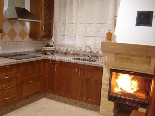 Casa mamica rosario en yegen granada for Comedor con chimenea