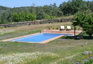 Casas rurales en c ceres con piscina for Piscina climatizada caceres