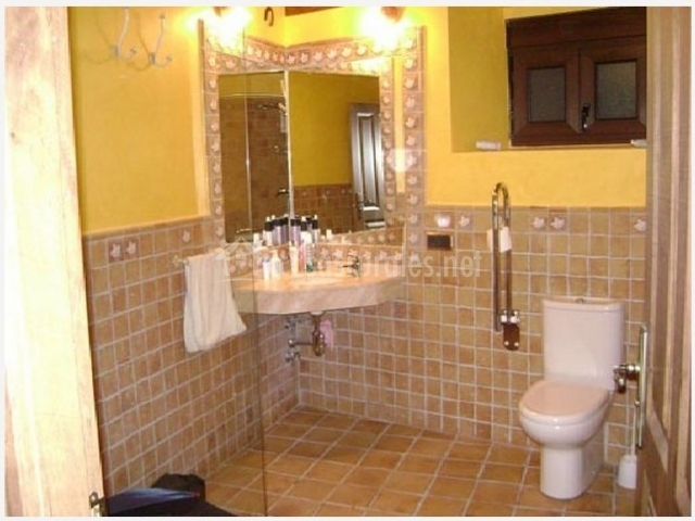 Cuarto de ba o azulejos beige for Cuartos de aseo con ducha