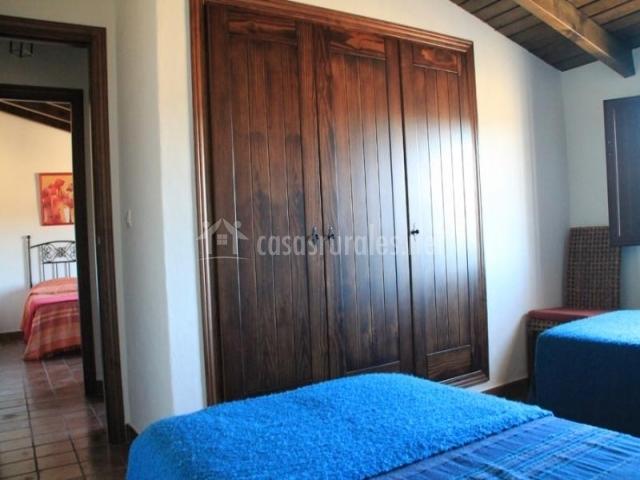El Baño Azul Pozuelo:dormitoio azul con cabeceros negros dormitorio azul con armario
