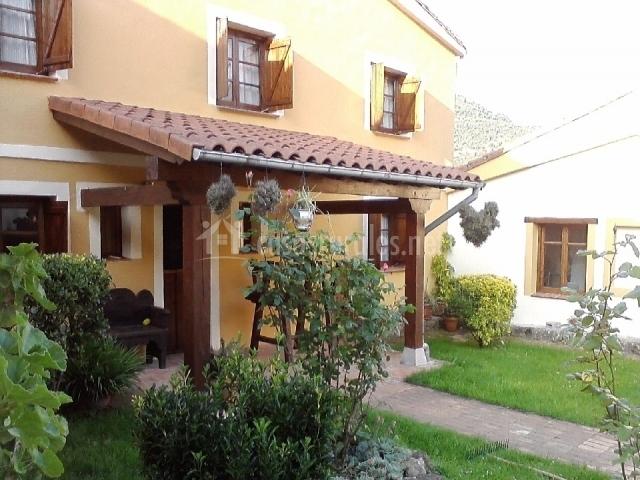 El cerezal i en puertas de vidiago asturias for Jardines en casas pequenas fotos