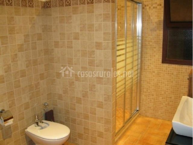 Baños Con Ducha Separada: cuenta con ducha espaciosa con mampara Además, tiene ventana
