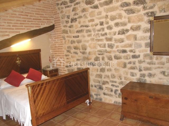 Casa rosa en la fresneda teruel for Baul dormitorio matrimonio