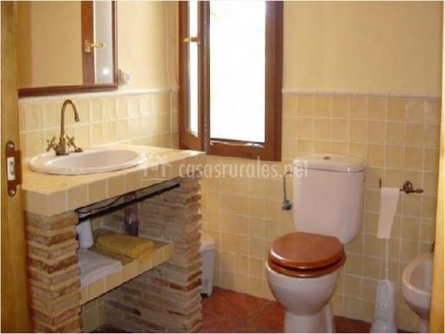 Azulejos Baño Alicante:Cuarto de baño con ventana y azulejo amarillo
