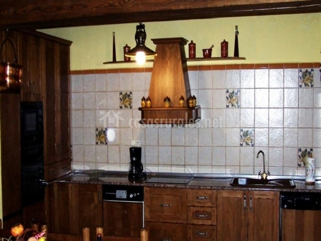 Cocina con muebles de madera oscura