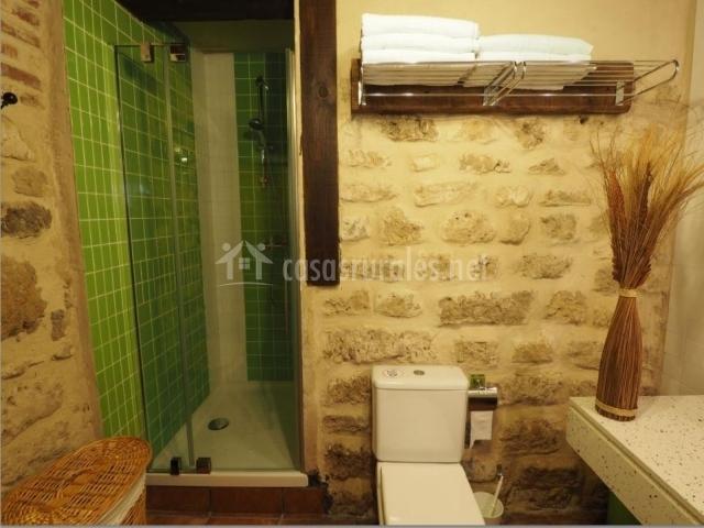 Baldosas Baño Rustico:Baño rústico y ducha de baldosas verdes