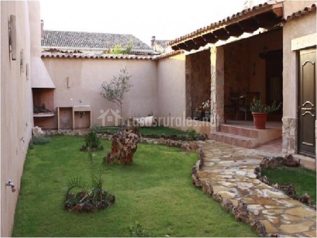 Casa rural el vallejo en valverdejo cuenca - Jardin con barbacoa ...