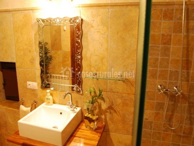Baño Reformado Ducha:Baño reformado de la casa rural con ducha