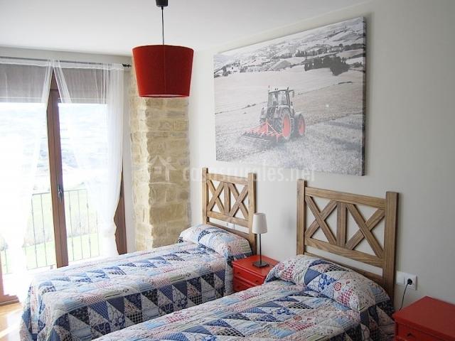 Casa rural santamar a en villanueva yerri navarra - Habitacion roja y blanca ...