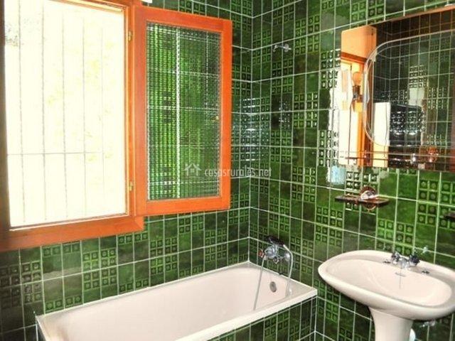 Azulejos Baño Verdes:Cuarto de baño con azulejos verdes y bañera en la casa rural