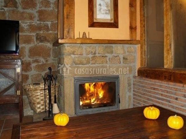 Muebles De Baño Urbion:sala de estar equipada uno de los sofás la chimenea