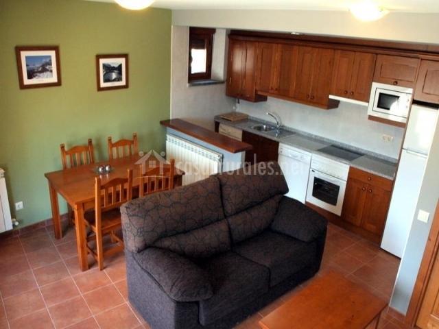 Casa el portal casas rurales pirineo en gerbe huesca for Barra americana cocina salon