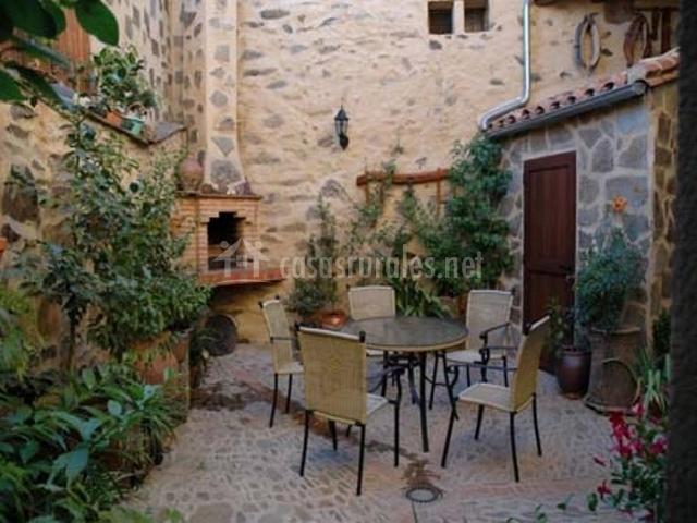 Ecoturismo casa rural ba os en guadalupe c ceres for Barbacoa patio interior