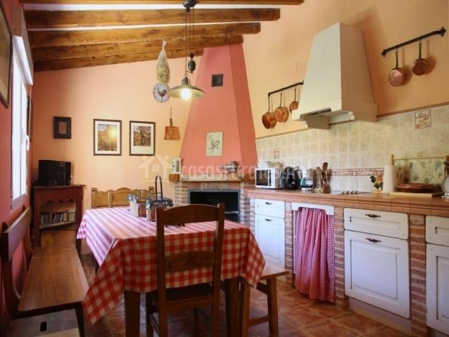 Casa rural valle del duero en langa de duero soria - Cocina comedor rustica ...