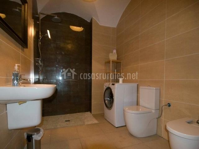 Baños Romanos Merida:bano habitación de matrimonio lavadora en el cuarto de bano