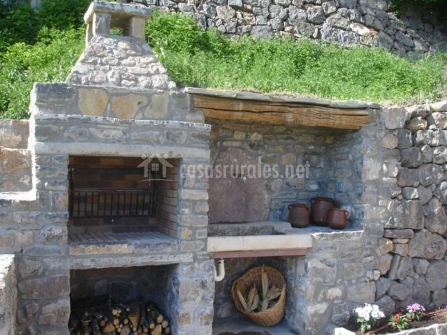 L 39 estisora de casa l 39 hereu en montcortes de pallars lleida for Barbacoa piedra volcanica jardin