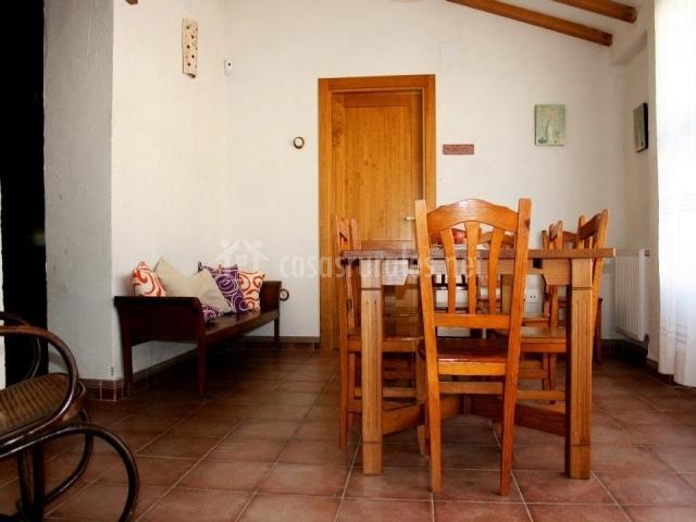 Muebles De Baño Yecla:comedor con mesa de madera detalle de la pared entrada
