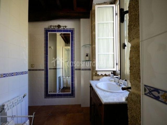 Baños Con Azulejos Azules:cuarto de baño con lavanda habitación con cama matrimonial y
