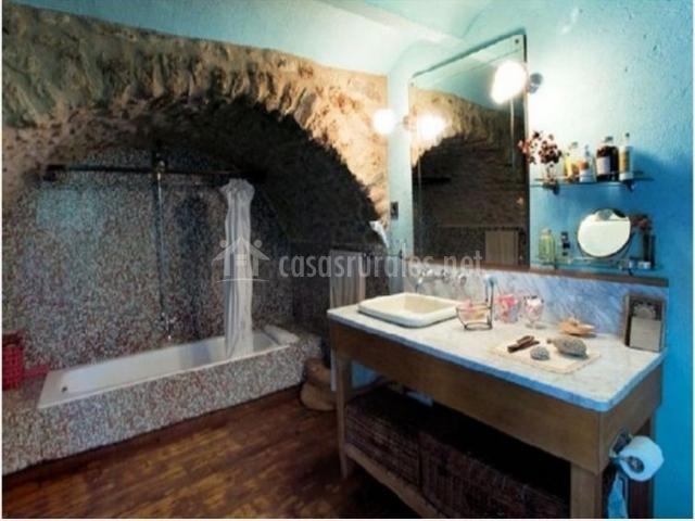 La farga de la muga en sant lloren de la muga girona for Banos con piedra natural