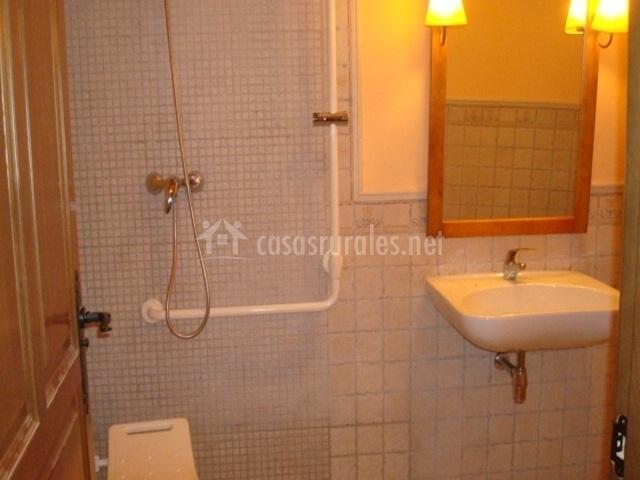 Caracteristicas Baño Adaptado:mesa de comedor baño privado con ducha amplio baño adaptado