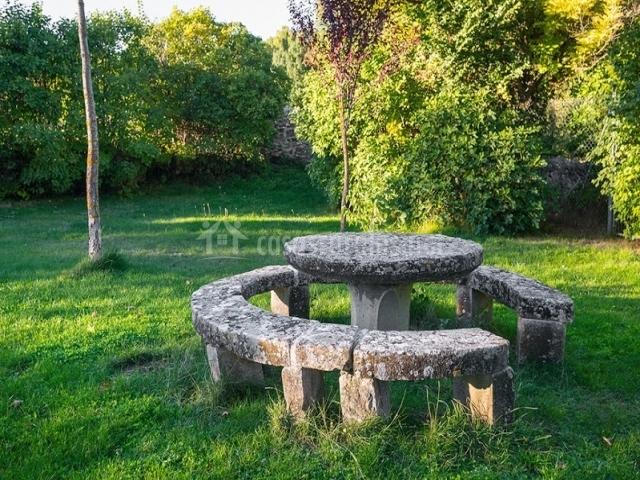 Casas cocinas mueble mesa piedra jardin for Banco de piedra para jardin