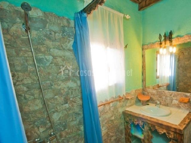 Baños Con Ducha Separada:patio con pozo pila y balancín porche con mesa y