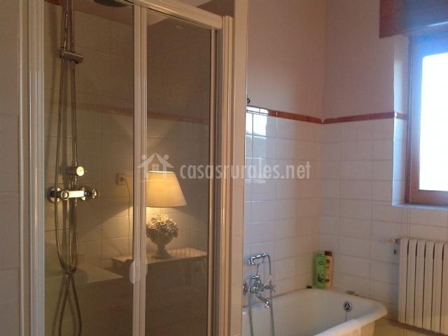 Casas de valserrado en sanchorreja vila - Cuarto de bano con banera y ducha ...